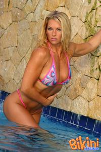 Blonde Bikini Babe In The Pool 04