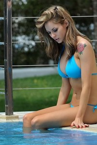 Jessica Jane Clement Sexy Bikini Pictures 05