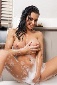 UK Babe Dionne In The Bath 03