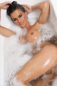 UK Babe Dionne In The Bath 07