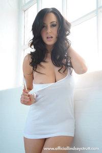 Sexy Busty Babe Lindsey Strutt 01