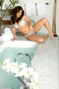 Taylor Vixen Bath 00