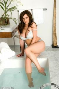 Taylor Vixen Bath 04