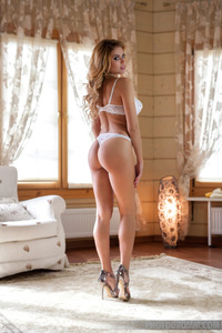 Perfect Blonde Glamour Babe Margot Stripping 00