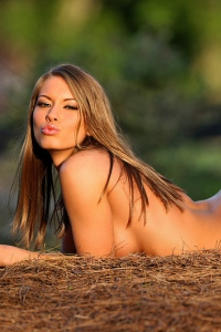 Tiffani Amber Gets Nude Outdoors 10