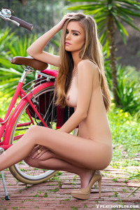 Amberleigh West Gets Nude Outside 10