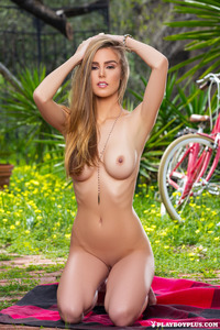 Amberleigh West Gets Nude Outside 13