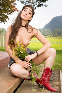 MUIRINA FAE IN PASSION FIELDS